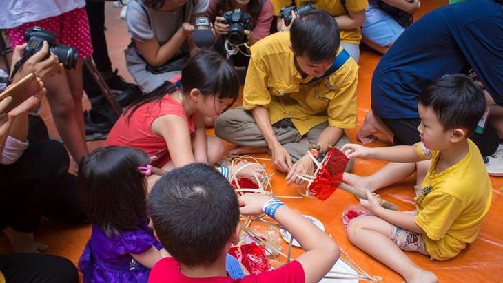 Niños hanoyenses aprenden a hacer juguetes tradicionales del Tet Trung Thu - ảnh 2