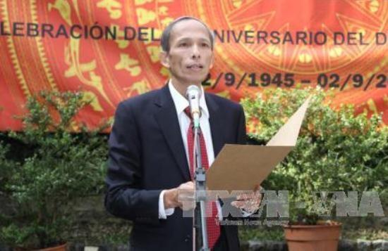 Intercambio entre funcionarios diplomáticos de Vietnam y Cuba en Argentina - ảnh 1