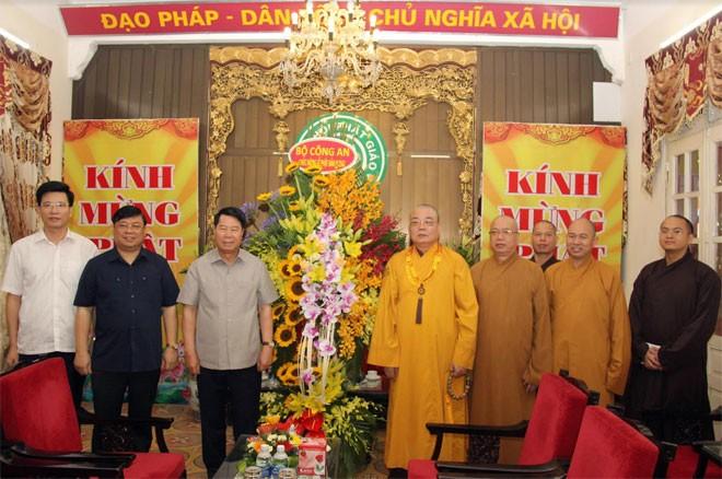 Altos funcionarios vietnamitas felicitan a la comunidad budista nacional por el Vesak 2018 - ảnh 1