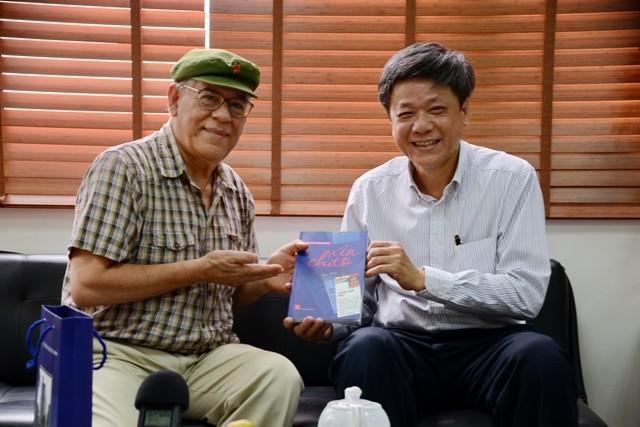 Periodista venezolano regala su libro a la Voz de Vietnam - ảnh 1