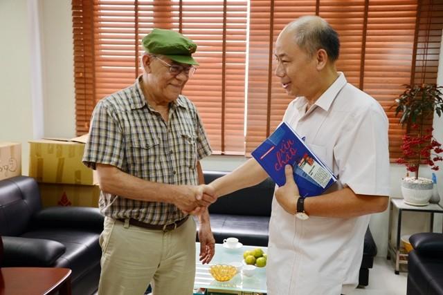 Periodista venezolano regala su libro a la Voz de Vietnam - ảnh 2