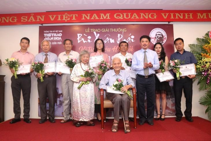 """Entregan premios del concurso """"Bui Xuan Phai - Por el amor a Hanói"""" - ảnh 1"""