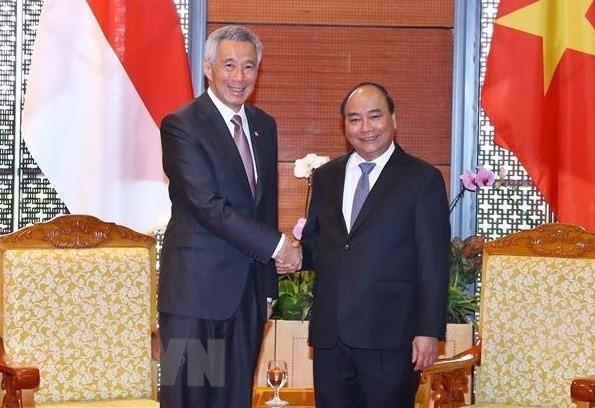 Premieres de Vietnam y Singapur se reúnen en el marco del Foro Económico Mundial sobre la Asean - ảnh 1