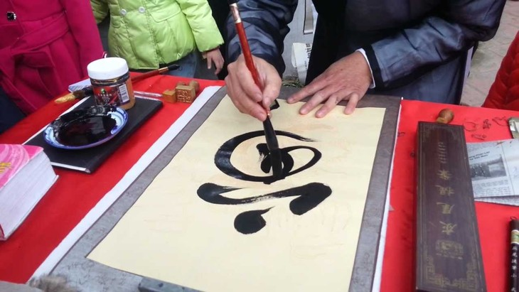 Palabras de adoración en caligrafía, rasgo cultural peculiar del Tet - ảnh 2