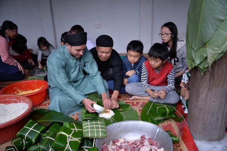Estudiantes extranjeros experimentan el Tet vietnamita - ảnh 1