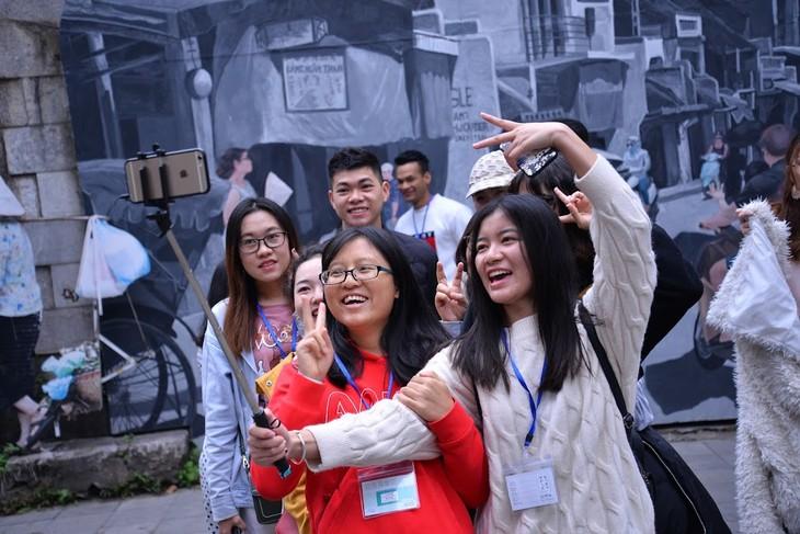 Estudiantes extranjeros experimentan el Tet vietnamita - ảnh 2
