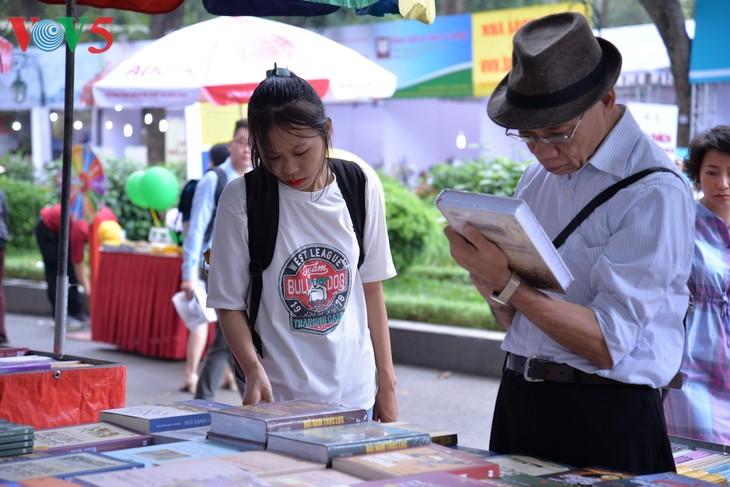 Libros, una parte imprescindible de la vida de los jóvenes vietnamitas - ảnh 1