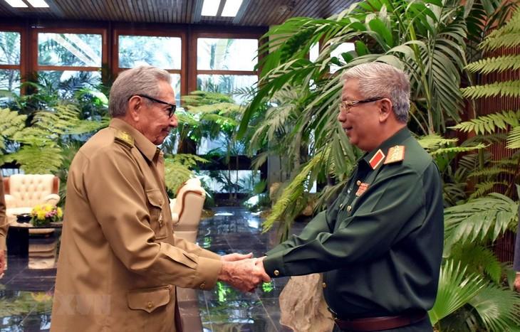 Líder partidista cubano recibe a militares vietnamitas - ảnh 1
