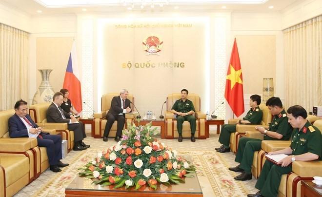 Jefe del Estado Mayor del Ejército de Vietnam recibe a vicepresidente de Cámara de Diputados checa - ảnh 1