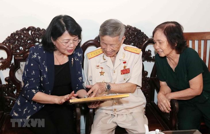 Vicepresidenta vietnamita visita familias con méritos revolucionarios - ảnh 1
