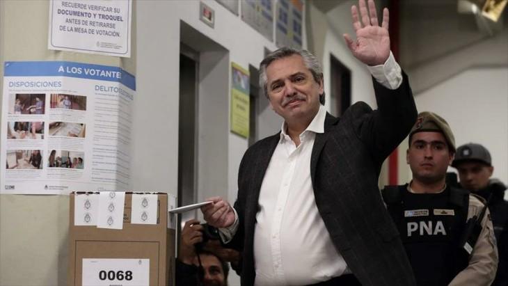 Líder opositor se impone al actual presidente en elecciones primarias de Argentina - ảnh 1