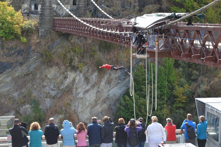 Bungy jumping – the craziest in New Zealand  - ảnh 2