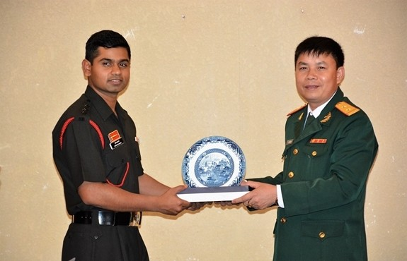 Vietnamese, India exchange experience of young officers  - ảnh 1