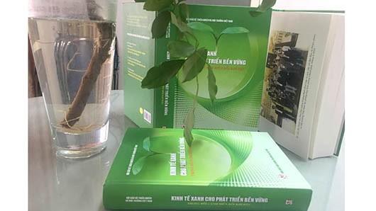 """""""기후변경 배경 속 지속가능 발전을 위한 녹색 경제"""" 책 출간 - ảnh 1"""