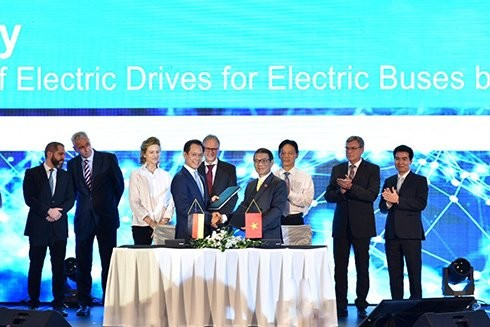 (유) VinFast생산경영회사와 베트남 Siemens회사는 전기버스 제조 기술 및 부품 공급 계약서 체결 - ảnh 1