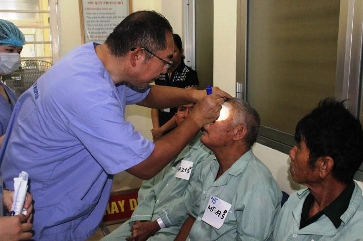 Quang Ninh, 140여명에게 무료 인공 수정체 수술 - ảnh 1