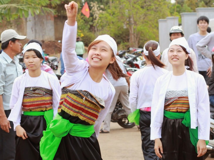 Son La성의 찬란한 전통 여성 의복 - ảnh 2