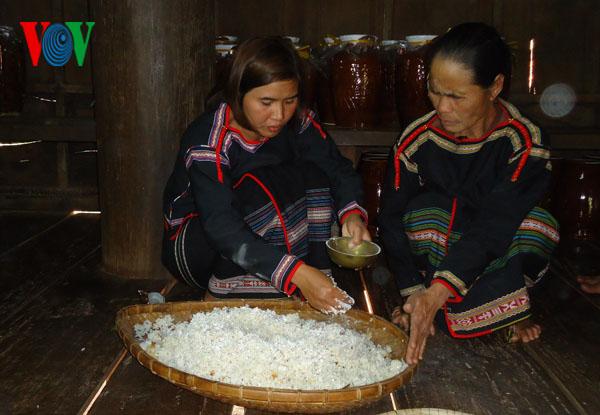 전통술을 우려내는 Ê Đê (에데) 족, 봄 내음을 일깨워 - ảnh 1