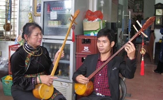 Cao Bang의 Tay족의 전통 현악기 dan tinh 제작 공예 - ảnh 4