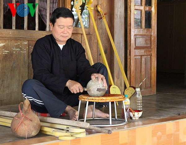 Cao Bang의 Tay족의 전통 현악기 dan tinh 제작 공예 - ảnh 2