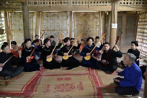 Cao Bang의 Tay족의 전통 현악기 dan tinh 제작 공예 - ảnh 3
