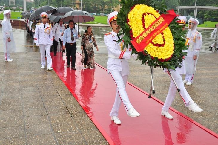 띠이엔 지앙(Tiền Giang)성, 응에 안 (Nghệ An)성 유공자 대표단, 하노이, 호찌민묘 방문 - ảnh 1