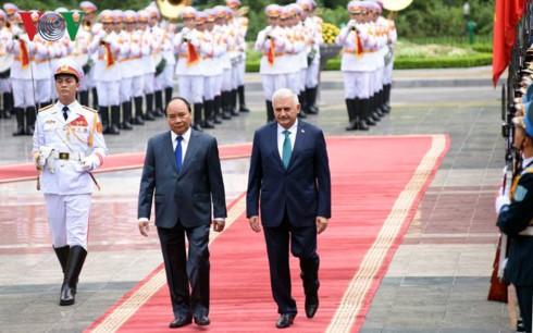 Le Premier ministre turc reçu par des dirigeants vietnamiens - ảnh 1