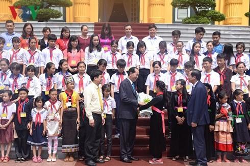 Trân Dai Quang reçoit des enfants démunis exemplaires du pays - ảnh 1