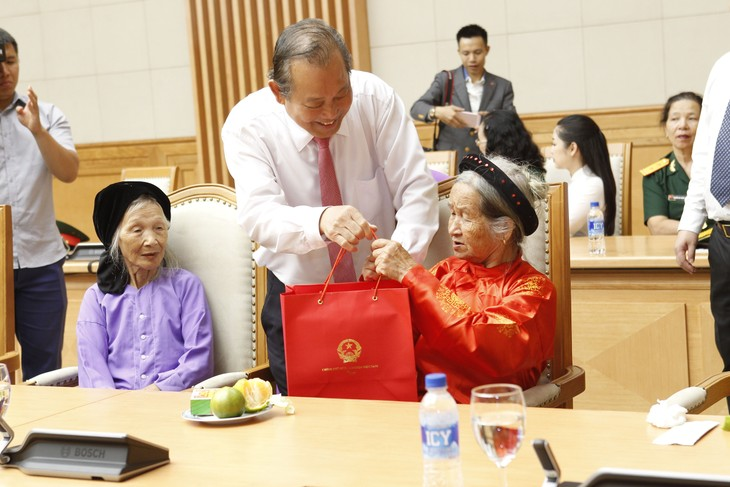 Une délégation de personnes méritantes de la patrie reçue par Truong Hoa Binh  - ảnh 1