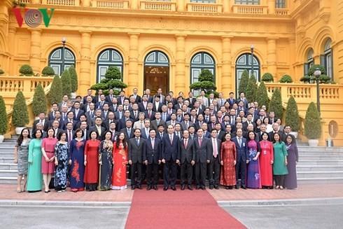 Le chef de l'État rencontre les chefs des représentations diplomatiques vietnamiennes - ảnh 1