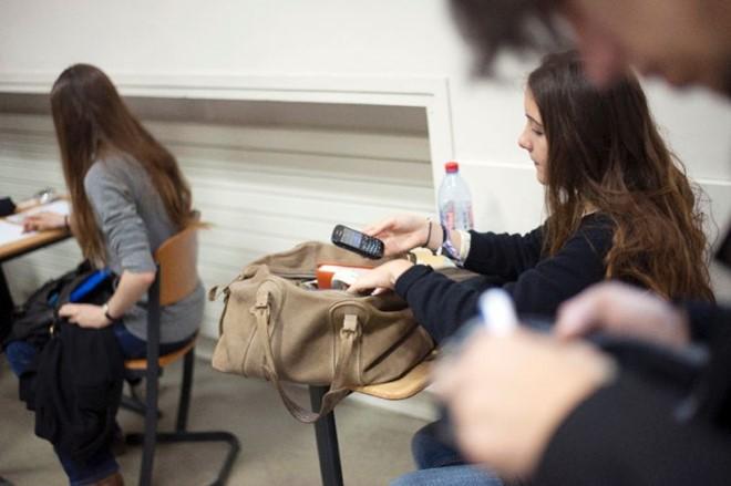 La France bannit le téléphone portable à l'école - ảnh 1