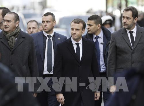 Gilets jaunes : Emmanuel Macron sur les Champs Élysées après les violences - ảnh 1