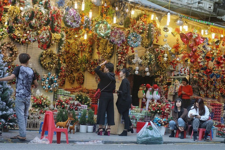 Achats de Noël: les marchandises vietnamiennes ont la côte - ảnh 3