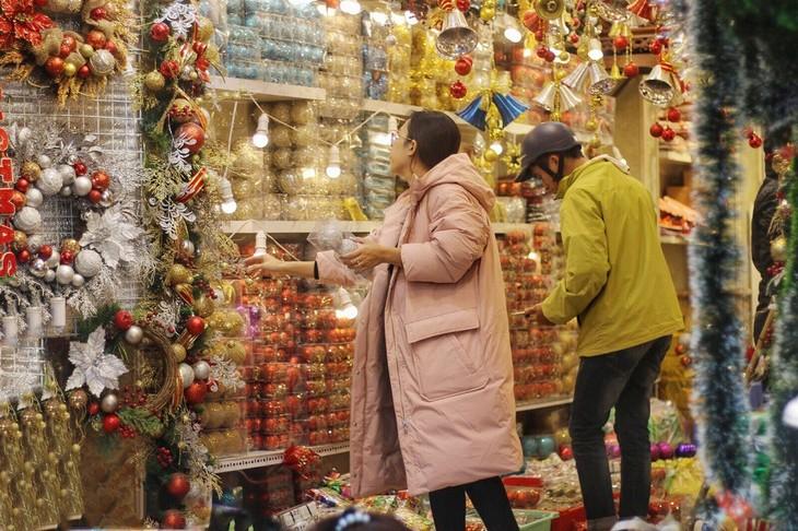 Achats de Noël: les marchandises vietnamiennes ont la côte - ảnh 1