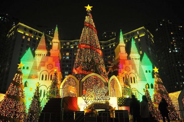 Hanoi brille de mille feux à l'approche de Noël - ảnh 2