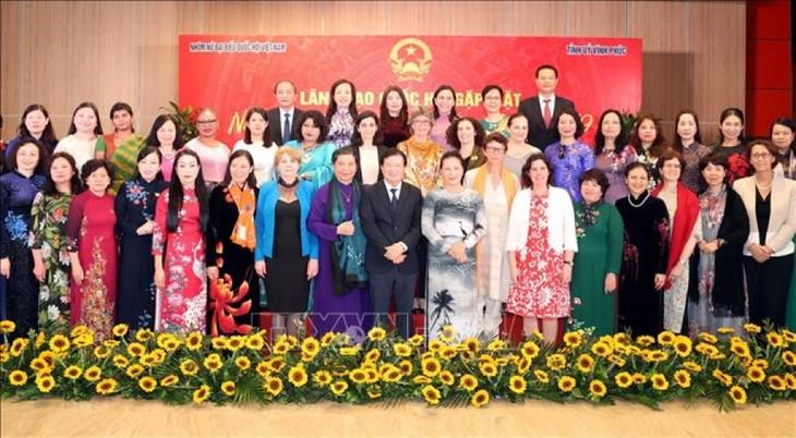 Rencontre entre parlementaires vietnamiennes et officielles étrangères - ảnh 2