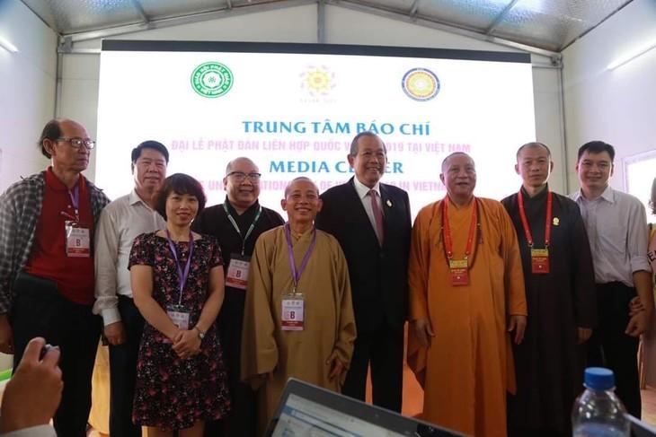 Rencontre du vice-Premier ministre Truong Hoa Binh avec les journalistes au Vesak 2019 - ảnh 1