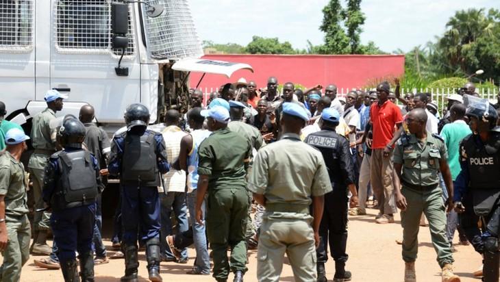 Deux journalistes français violemment arrêtés par la police en Centrafrique - ảnh 1