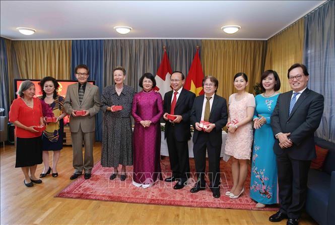 Dang Thi Ngoc Thinh rencontre des représentants de la communauté vietnamienne en Suisse - ảnh 1