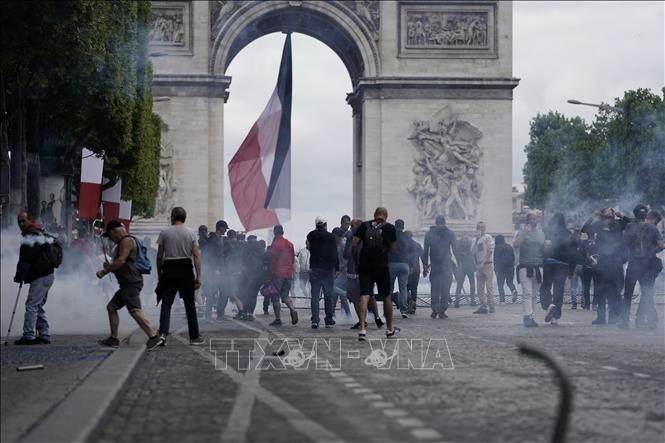Heurts sur les Champs-Élysées à l'issue du défilé du 14-Juillet - ảnh 1