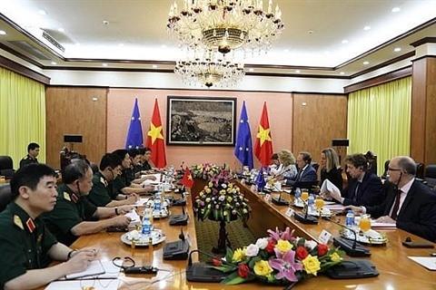 Le ministre de la Défense rencontre la vice-présidente de la Commission européenne - ảnh 1