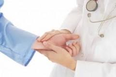 Молодой врач Ба Ван Кхыонг самотверженно лечит больных - ảnh 1
