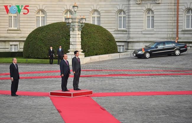 В Токио состоялась официальная церемония встречи премьера СРВ Нгуен Суан Фука - ảnh 1