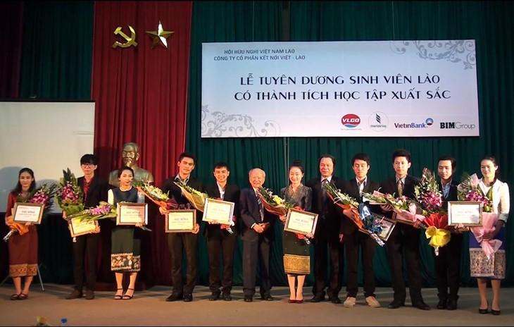 О вьетнамских семьях, ставших связующим мостом дружбы между Вьетнамом и Лаосом - ảnh 1
