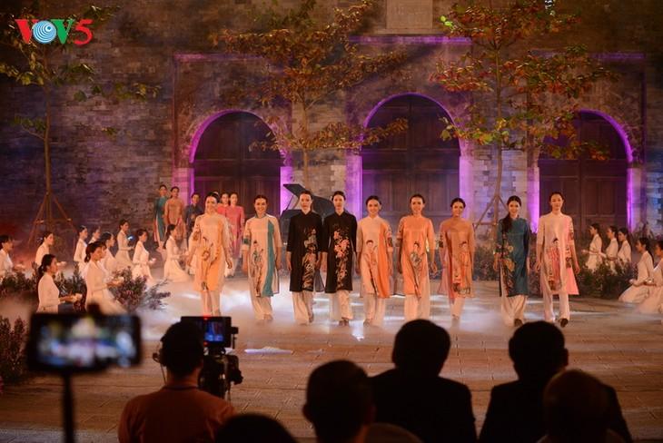 В «Petit Palais» во Франции прошел показ национального женского платья «ао-зяй» и народной музыки - ảnh 1