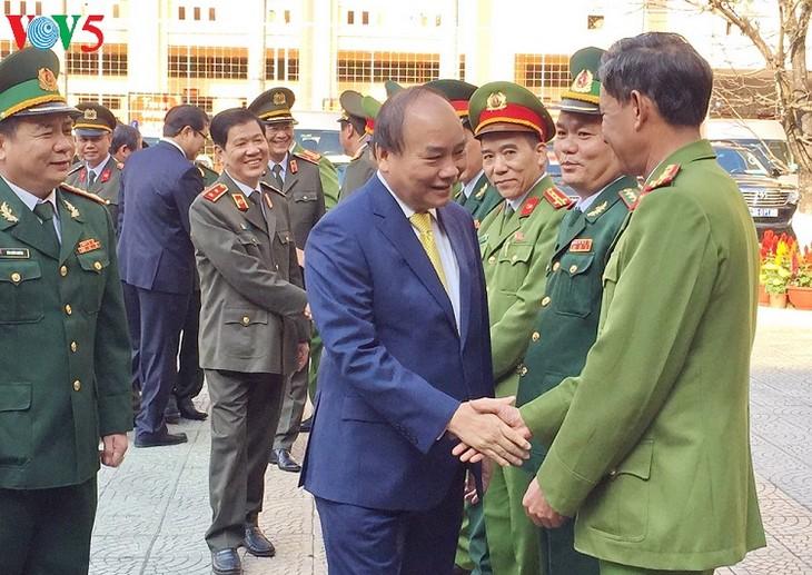 Нгуен Суан Фук посетил и поздравил вооруженные силы города Дананга с Тэтом - ảnh 1