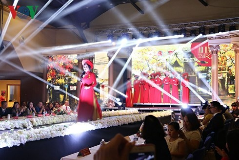 В Чехии прошел финал всеевропейского конкурса женского платья «ао-зяй» вьетнамских супруг - ảnh 1
