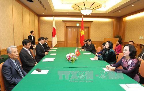 Вице-президент СРВ Данг Тхи Нгок Тхинь приняла губернатора префектуры Фукуока - ảnh 1