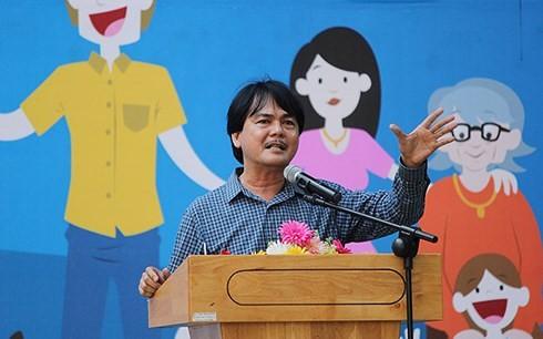 О директоре средней школы Хюнь Тхань Фу, который прививает любовь своих учеников к Родине - ảnh 1