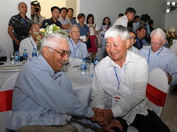 В Ханое прошла встреча между бывшими военными вьетнамскими и американскими лётчиками - ảnh 1